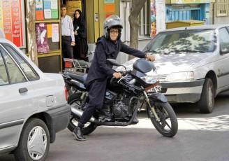زنان نمیتوانند گواهینامه موتورسیکلت دریافت کنند